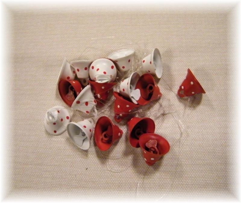 zvonečky červené s bílými puntíky