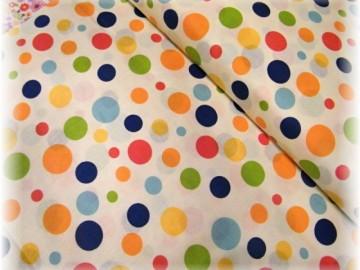 barevné puntíky na smetanové