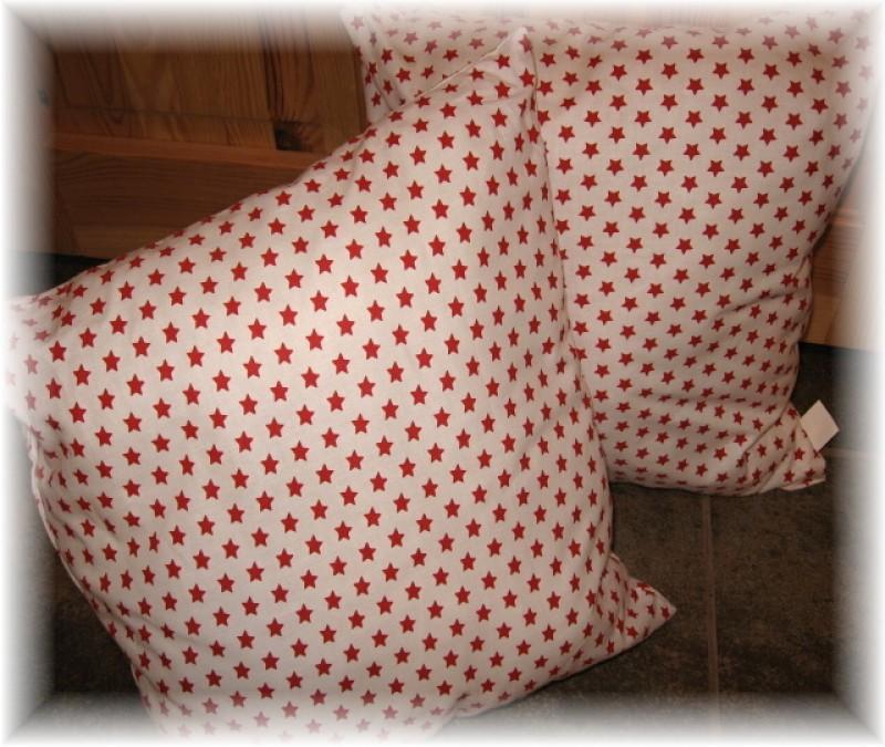 polštář-červené hvězdičky na bílém