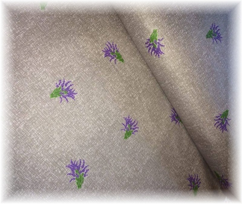 drobné levandulky na šedém