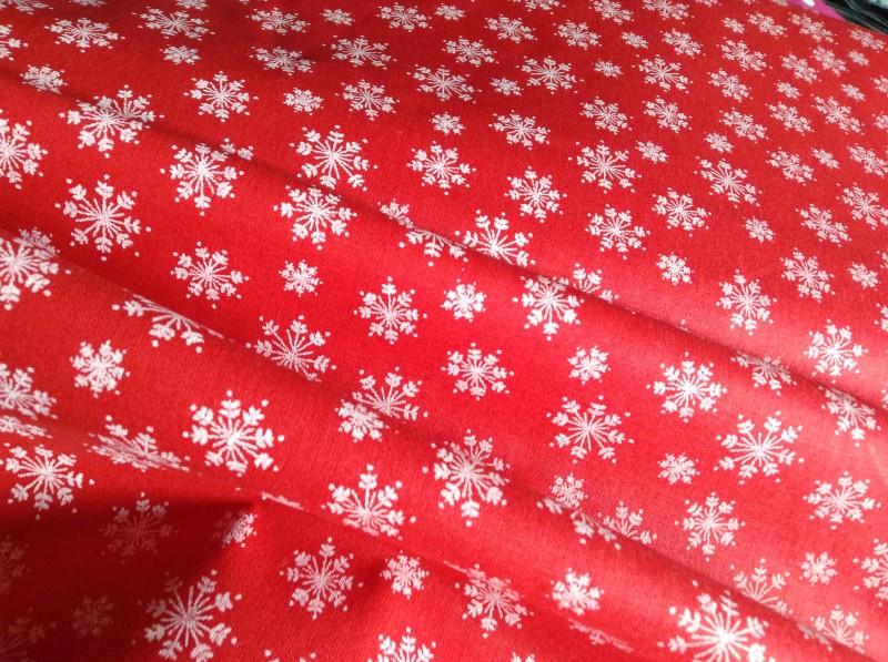 vánoční-bílé vločky na červené-zbytek 35 cm