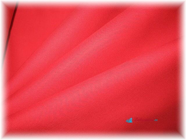 červená jednobarevná látka