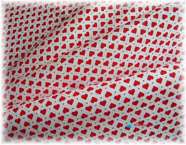 drobné červené srdíčka na bílém